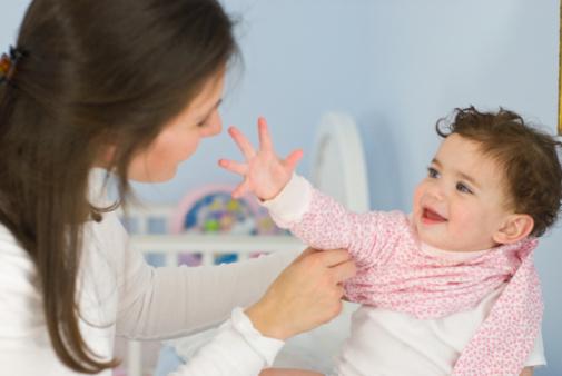 Cách mặc quần cho trẻ sơ sinh