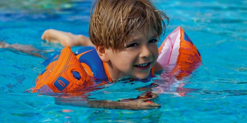Lý do chọn áo phao bơi tay cho bé